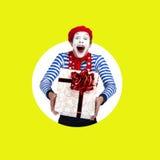 Überraschter Pantomime mit Geschenk Lustiger Schauspieler im roten Barett Stockfotos