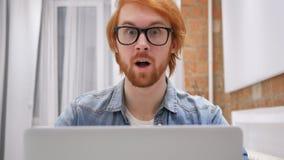 Überraschter Rothaarige-Bart-Mann bei der Arbeit, Aufregung der Überraschung stock video footage