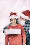 Überraschter Sohn, der Weihnachtsgeschenk von seinem Vater empfängt Glückliches Fa Stockbild