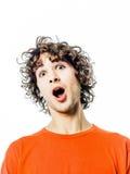 Überraschtes überraschtes Portrait des jungen Mannes Stockfoto