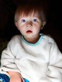Überraschtes Baby in der Dunkelheit Stockfotografie