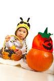 Überraschtes Baby im Bienenhut Stockfotos