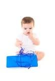 Überraschtes Baby mit Geschenk lizenzfreie stockfotos