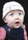 Überraschtes Baby mit großen blauen Augen Stockbild