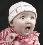 Überraschtes Baby mit großen blauen Augen Stockfoto