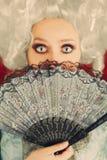 Überraschtes barockes Frauen-Porträt mit Perücke und Fan Stockbild