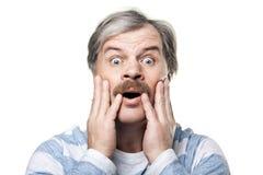 Überraschtes fälliges Mannportrait getrennt auf Weiß Stockfoto