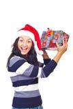 Überraschtes Frau anhebendes Weihnachtsgeschenk Stockfotografie