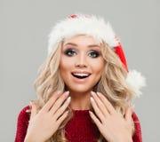 Überraschtes Frauen-Weihnachtskonzept Vorbildlicher tragender Sankt-Hut Stockfotografie