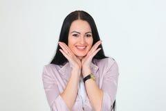 Überraschtes Frauenmädchenhändchenhalten nähert sich Gesicht Stockfotos
