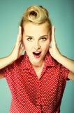 Überraschtes Gesicht der jungen Frau über Blau Lizenzfreies Stockbild