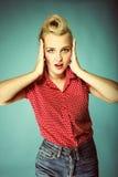 Überraschtes Gesicht der jungen Frau über Blau Stockbilder
