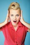 Überraschtes Gesicht der jungen Frau über Blau Lizenzfreie Stockbilder