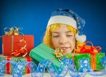 Überraschtes jugendlich Mädchen, das von hinten Geschenke schaut Stockbilder