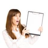 Überraschtes junges Mädchen im weißen Hemd Stockfotografie