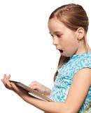 Überraschtes Kind mit einem Tablette PC lizenzfreies stockbild