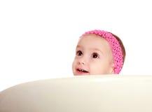 Überraschtes kleines Baby auf dem weißen Hintergrund, oben schauend lizenzfreie stockfotografie