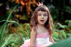 Überraschtes kleines Mädchen Stockfoto