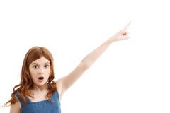 Überraschtes kleines Mädchen, das aufwärts zeigt Stockbild