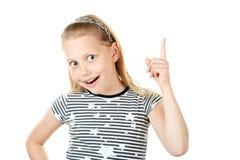 Überraschtes kleines Mädchen, das mit dem Finger zeigt Stockbild