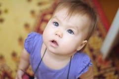Überraschtes kleines Mädchen, das oben schaut Stockfoto