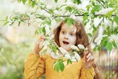 Überraschtes kleines Mädchen Gesundes lächelndes Konzept lizenzfreie stockfotografie
