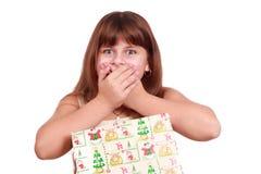 Überraschtes kleines Mädchen mit anwesendem Kasten Stockfoto