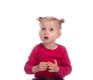 Überraschtes kleines Mädchen, welches die großen Augen, oben schauend bildet Lizenzfreies Stockbild