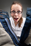 Überraschtes Mädchen, das Innere geöffnete Hosen schaut Stockbilder