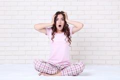 Überraschtes Mädchen in den Pyjamas stockbilder