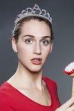 Überraschtes Mädchen der Schönheit 20s mit der Tellerbürste in der Hand entsetzt Stockbilder