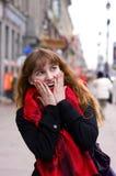 Überraschtes Mädchen in der Stadt Stockfotos