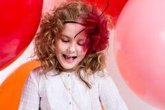 Überraschtes Mädchen in einem Hut des Bogens gegen den Hintergrund eines Lar Stockbild