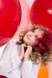 Überraschtes Mädchen im roten Hut, der oben schaut Lizenzfreies Stockfoto