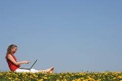 Überraschtes Mädchen mit Laptop Stockfotos
