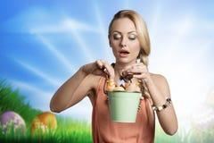 Überraschtes Mädchen mit Ostereiern Lizenzfreies Stockfoto