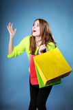Überraschtes Mädchen mit Papiereinkaufstasche. Verkäufe. Lizenzfreies Stockbild