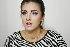 Überraschtes Mädchen mit rosa purpurrotem Make-up Stockbild