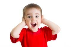 Überraschtes Porträt des kleinen Jungen im roten T-Shirt lokalisiert Stockfotos