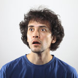 Überraschtes Portrait des jungen Mannes Lizenzfreies Stockfoto