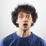 Überraschtes Portrait des jungen Mannes Stockfotografie