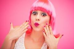 Überraschtes rosa Haarmädchen Stockfotos