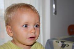 Überraschtes schönes Kind der blauen Augen des blonden Haares Stockfotografie