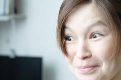 Überraschtes schönes lächelndes asiatisches Mädchenporträt, emotionales Gesicht, ausdrucksvoll, elegant und schön ohne Make-up, r stockbilder
