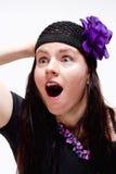 Überraschtes und überraschtes junge Frauen-Schauen Stockbilder