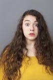 Überraschtes xxl 20s Mädchen, das weit ihre Augen öffnet Lizenzfreie Stockfotografie