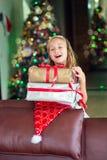 ÜBERRASCHUNG des glücklichen Mädchens Warteneues Jahr und Christlas Stockfoto