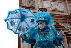 Überraschung, eine blaue Maske mit Regenschirm am Venedig-Karneval lizenzfreie stockbilder