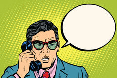 Überraschung Geschäftsmann, der am Telefon spricht lizenzfreie abbildung