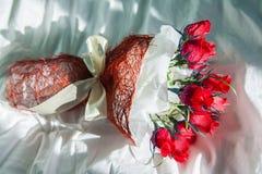 Überraschung am Valentinstag für Ihr Lieblingsbündel Süßigkeit und Papier Stockfoto